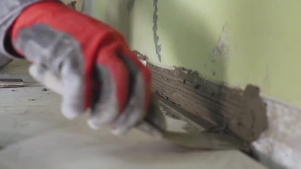 Muur Keuken Kleine : Werknemer stelt kleine tegels op de muur in de keuken zijn handen