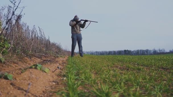 Vadász a vadászati felszerelés áll a területen.