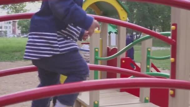 Der Junge wird auf einem Spielplatz in einem Park oder Kindergarten gespielt. dem Kind macht es Spaß zu toben.