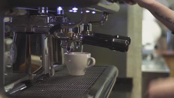 Szakmai barista készít egy cappuccino egy kávézóban
