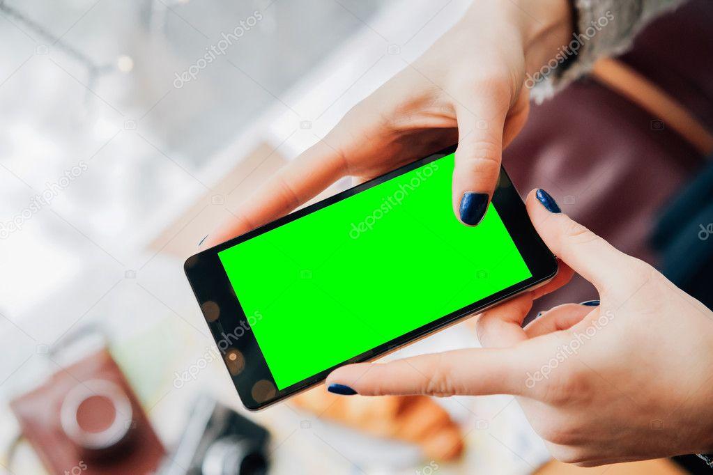 Mock up de la pantalla del teléfono por manos de mujer — Fotos de ...