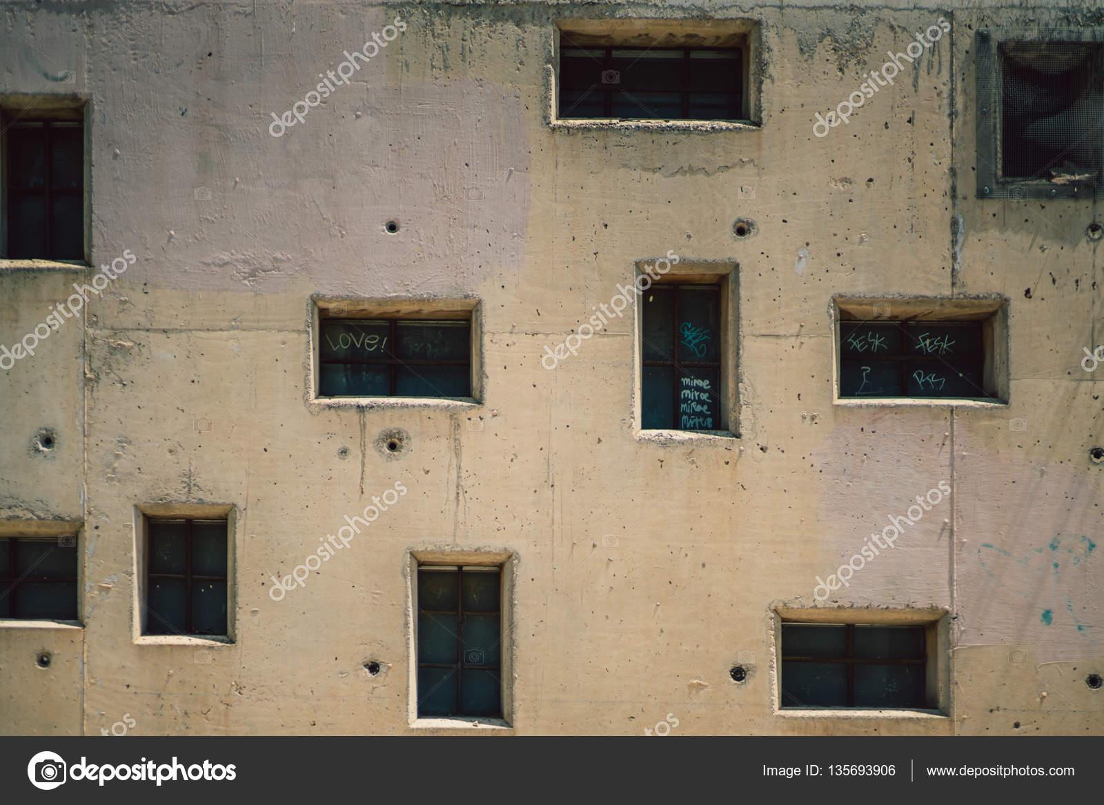 Beige facciata della casa con le finestre irregolari for Piccole planimetrie della casa con le foto