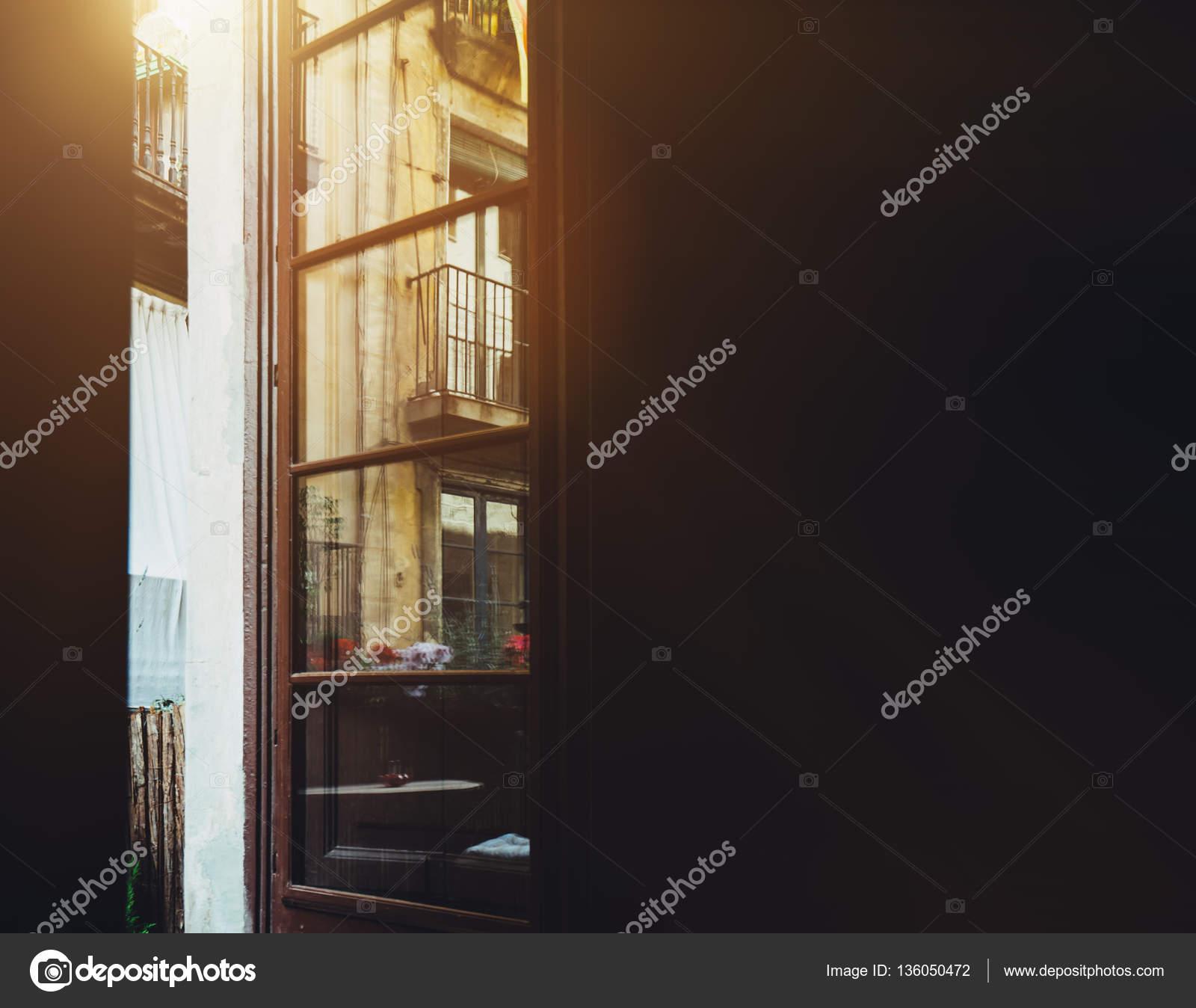 Vista desde el cuarto oscuro a abrió la puerta del balcón — Fotos de ...