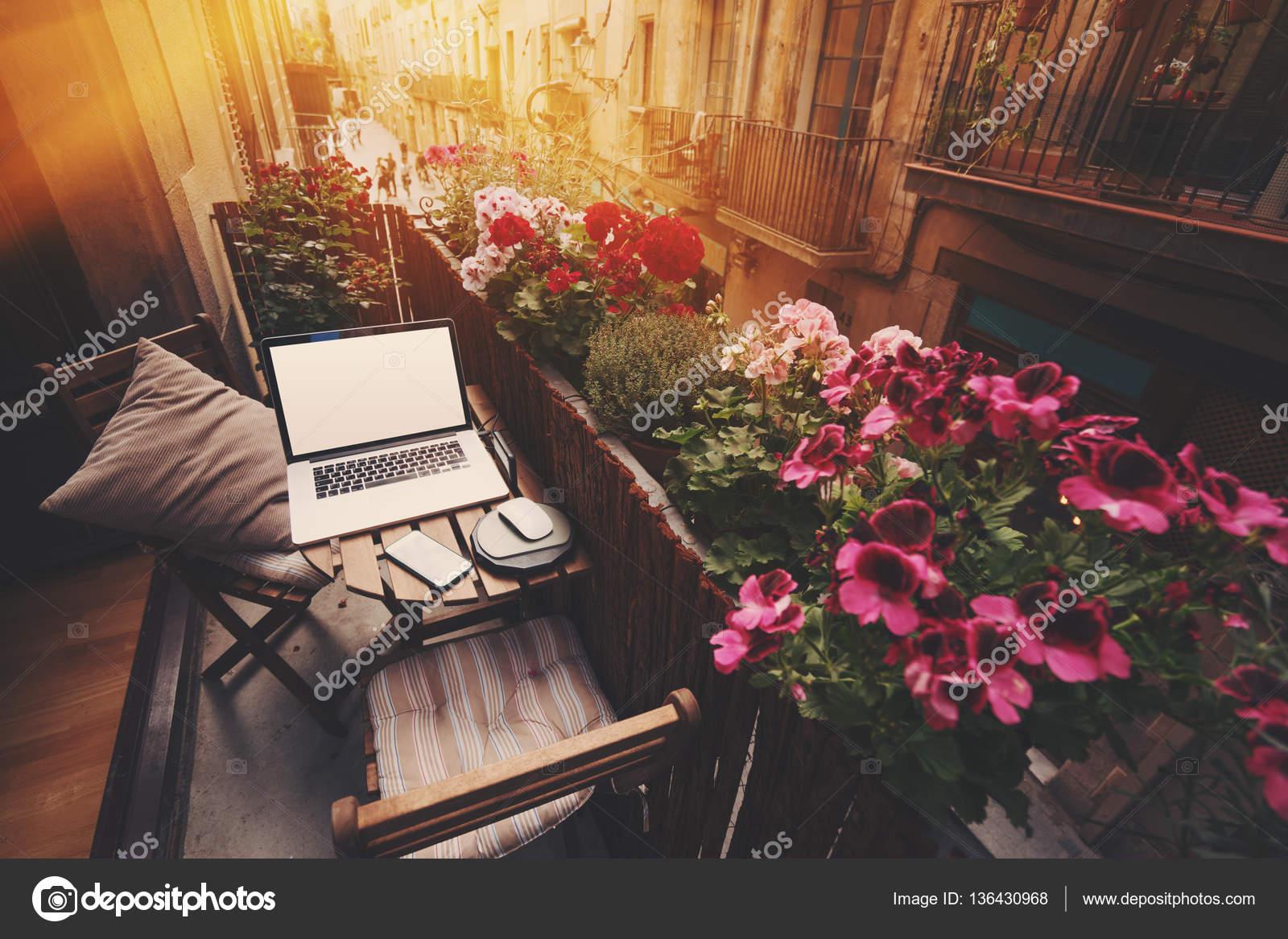 Gezellig Zonnig Balkon : Gezellige werkplek op balkon u2014 stockfoto © skynextphoto #136430968