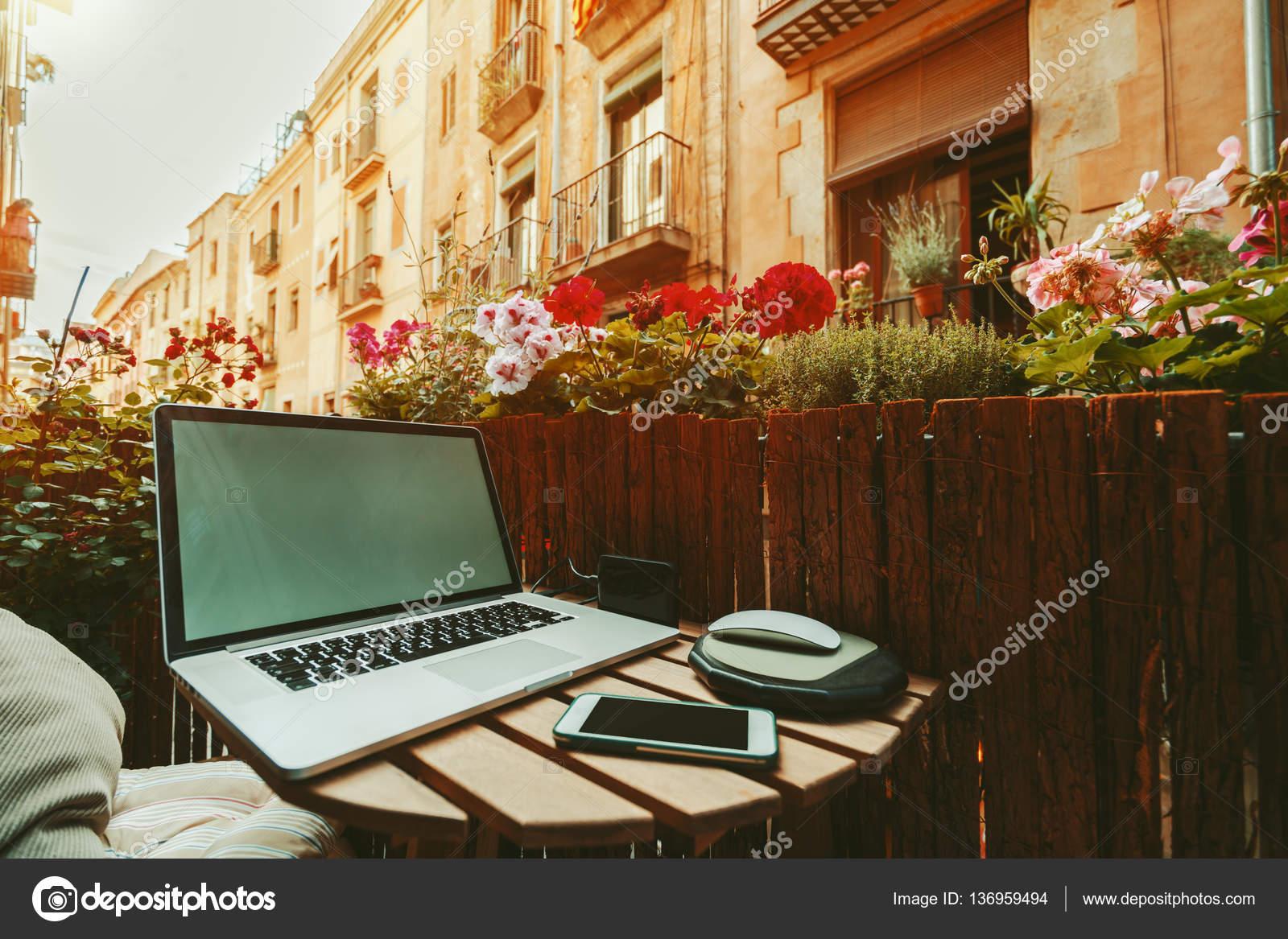 Gezellig Zonnig Balkon : Gezellige werkplek op balkon op zonnige dag u stockfoto