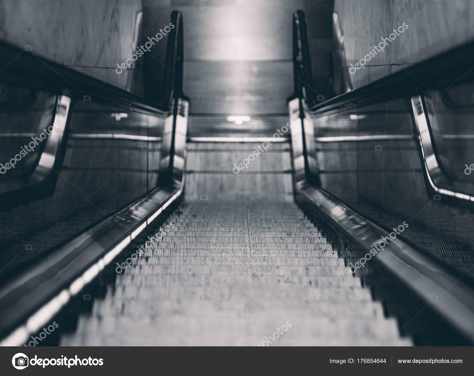 Moving Staircase In Dark Urbran Settings U2014 Stock Photo