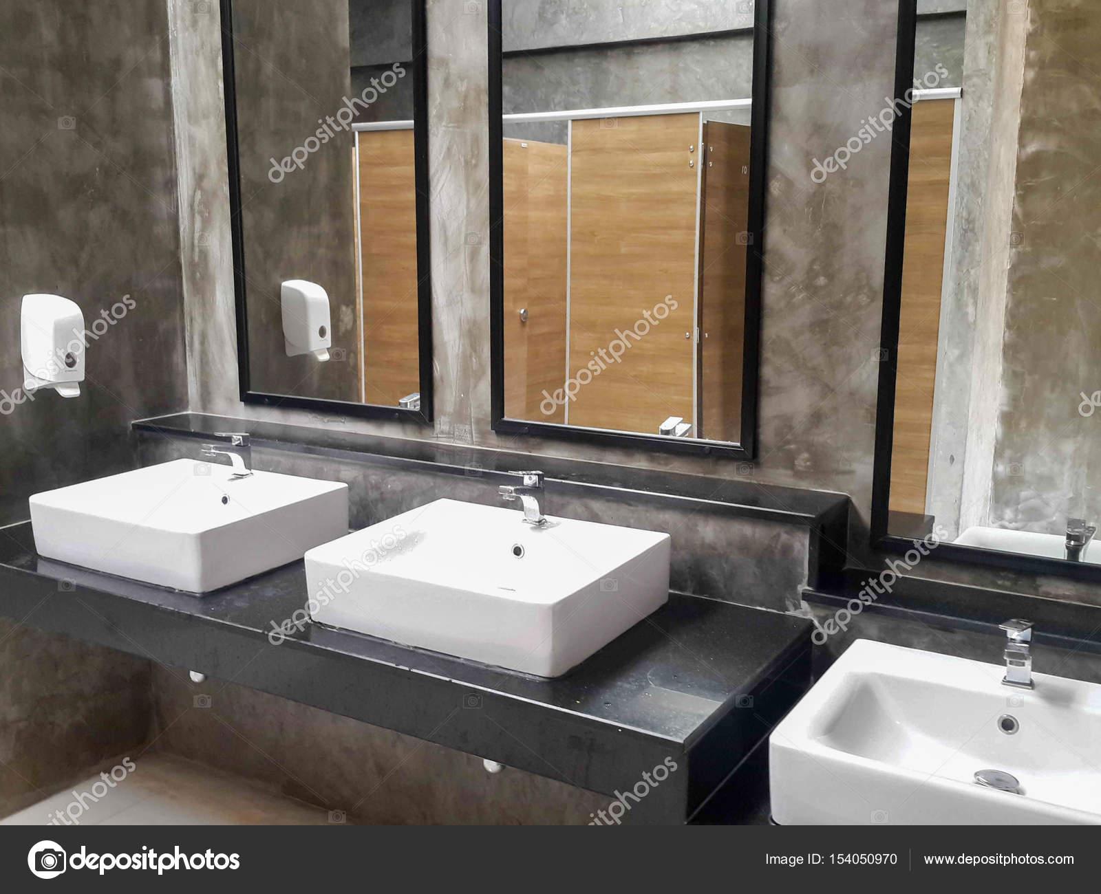 Salle De Bains Commerciale Pour Le Lavage Des Mains Photographie