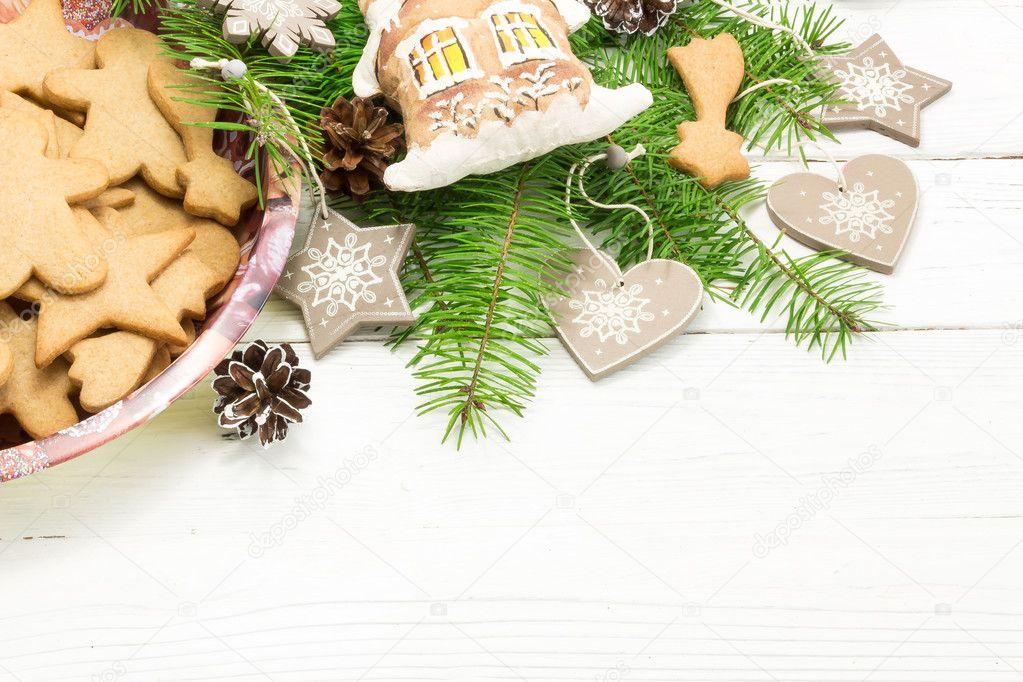 Weihnachten-Konzept. Rahmen mit einem Lebkuchen, Zapfen, Tanne BH ...