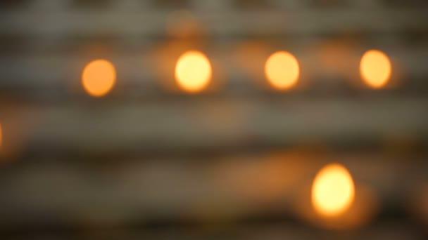 Mnoho plameny svíček, zářící ve tmě, vytvořte duchovní atmosféru