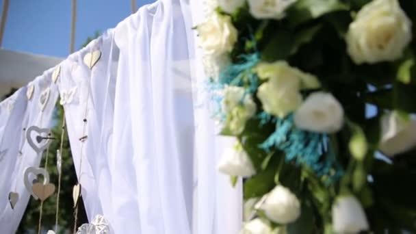 Esküvői dekoráció, virág, szív, pillangók. Az esküvői szertartás.