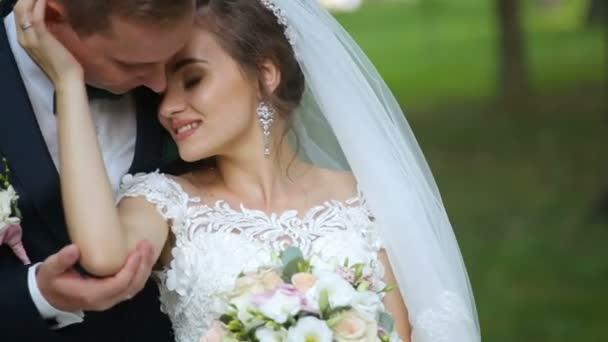 šťastné nevěsty a ženicha, procházky v parku