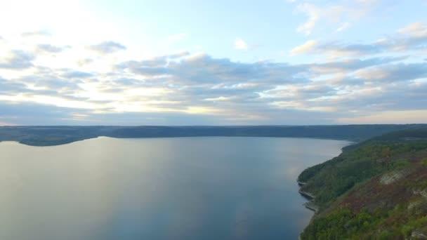Skvělá západ slunce na jezeře. Nádherná dovolená, nádherné západy slunce mezi horami jezer a řek. 4k