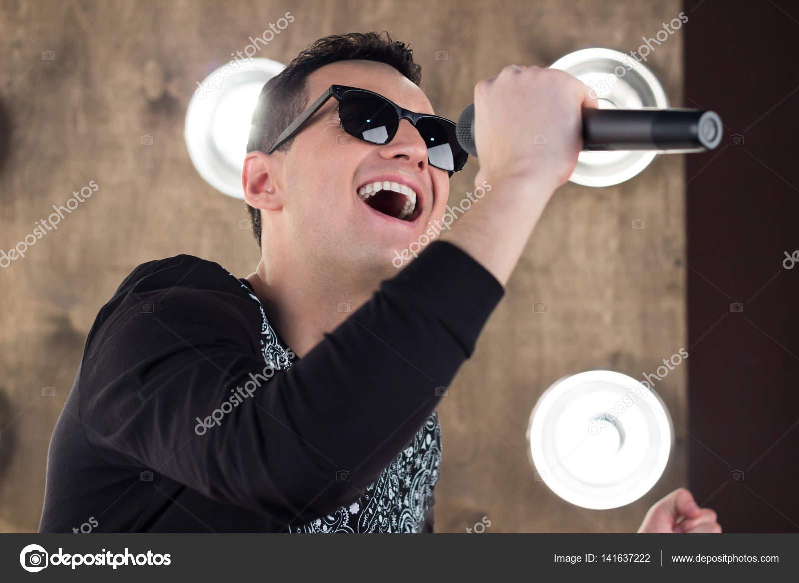 magasiner pour les plus récents bons plans 2017 bon service Chanteur dans lunettes de soleil chante sur scène dans les ...