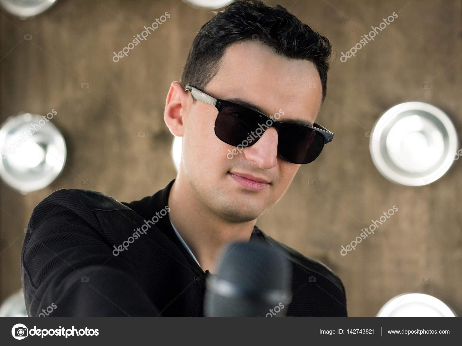 50-70% de réduction profiter du prix de liquidation beau lustre Chanteur dans lunettes de soleil avec microphone effectue ...