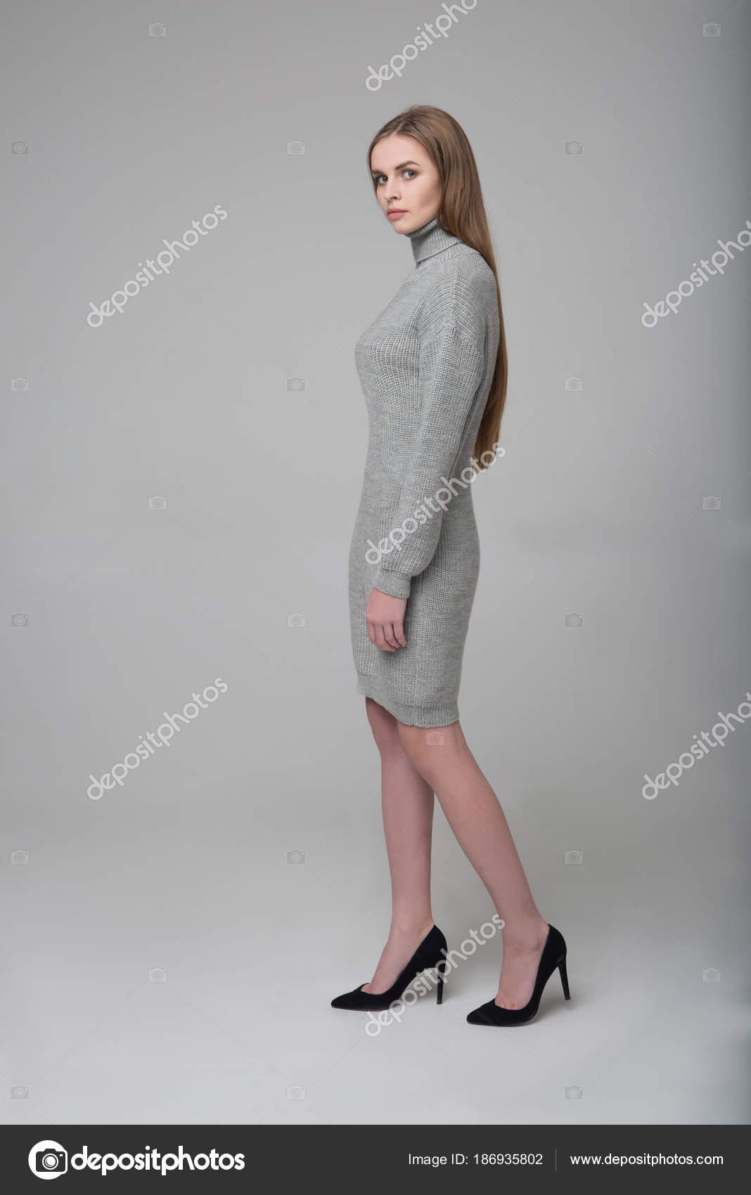 Joven Modelo Hembra Pelo Largo Hermosa Vestido Punto Gris — Foto de ...