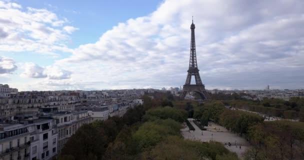 4K záběry letecké zblízka Pohled na Eiffelovu věž a blízká místa v Paříži, Francie