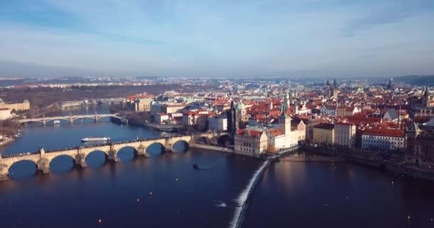 4K záběry z leteckého pohledu na Karlův most, který překračuje Vltavu v Praze