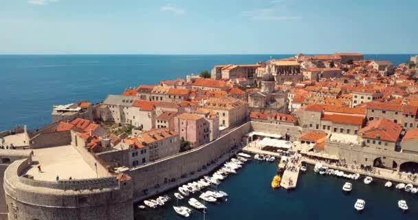 4K Letecký pohled na opevnění Starého města a červené střechy v Dubrovníku, Chorvatsko