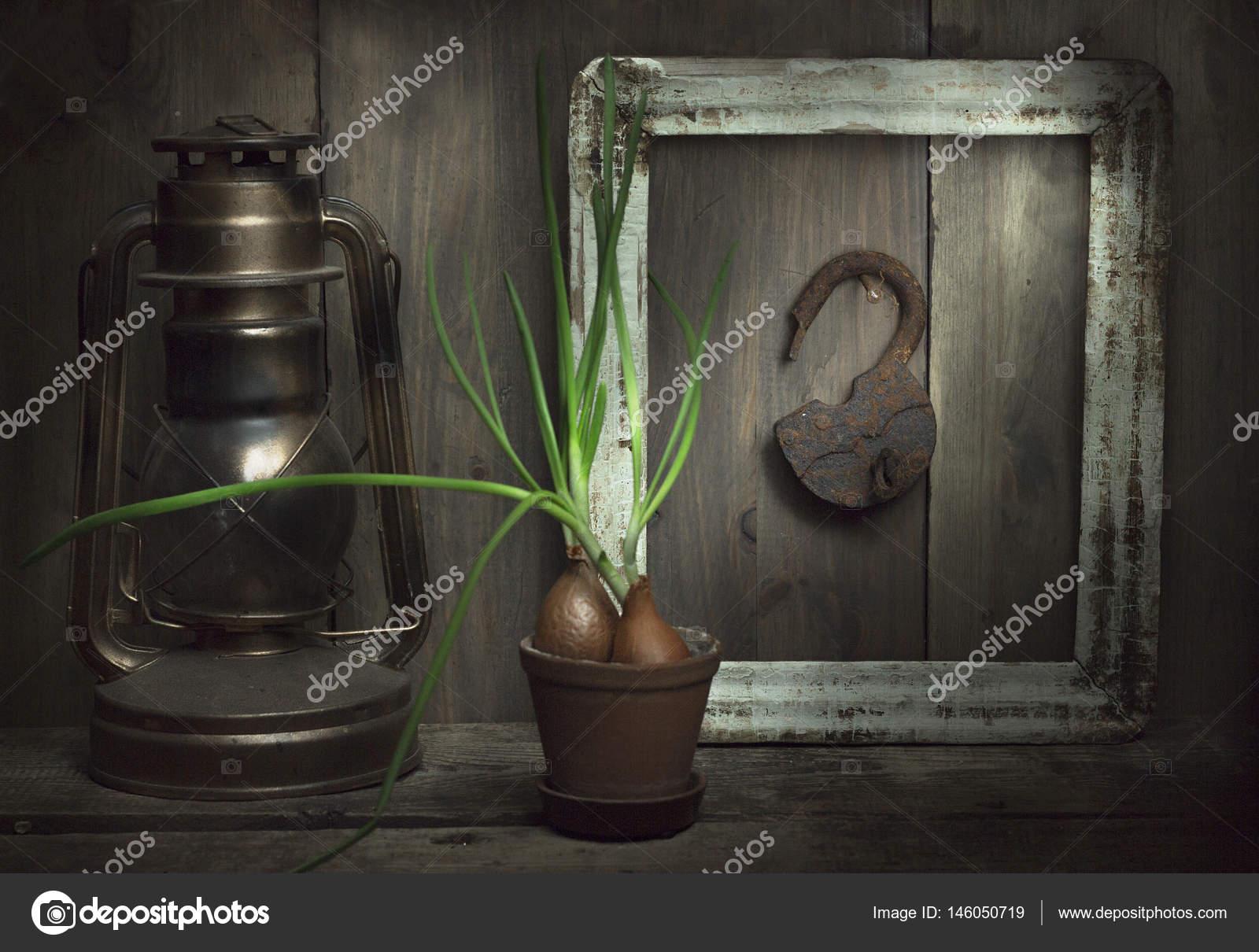 Naturaleza muerta con una vieja cerradura de la puerta en el ...