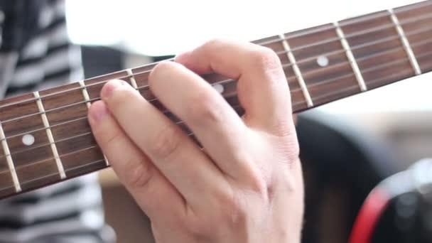 Kytaristé ruce hrát píseň na elektrickou kytaru