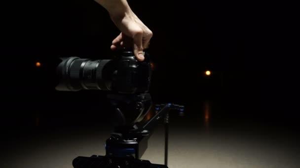 demonstrační dslr fotoaparát s velkým objektivem