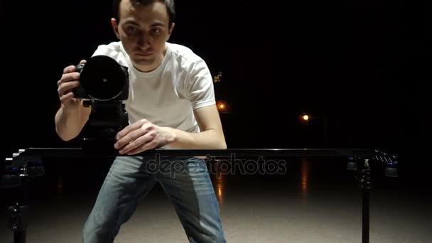 Kameraman střílí video pomocí digitální zrcadlovky a jezdec