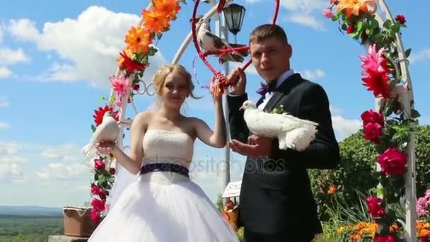 Menyasszony és a vőlegény fehér galamb
