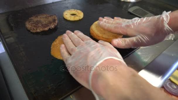 Vařit hranolky housky a grilované maso na hamburger