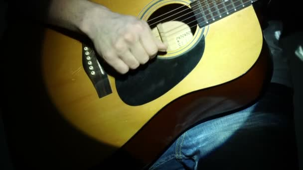 hrál na akustickou kytaru