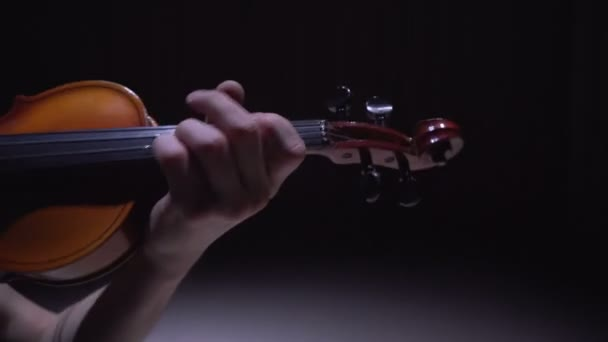 klasszikus zene: a koncerten játszott hegedűművész
