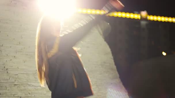 Mladá žena krásná a fit je tanec go go velmi smyslné v černé dancewear venkovní v noci