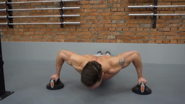 Hezký fitness muž dělá push up v tělocvičně
