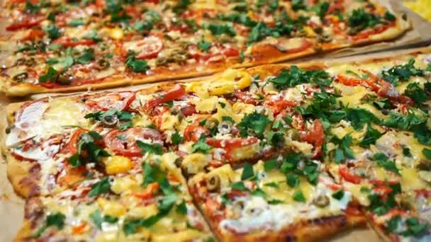 Pizza mit Tomaten, Pfeffer und Käse. leckere frische Pizza auf Holztisch serviert