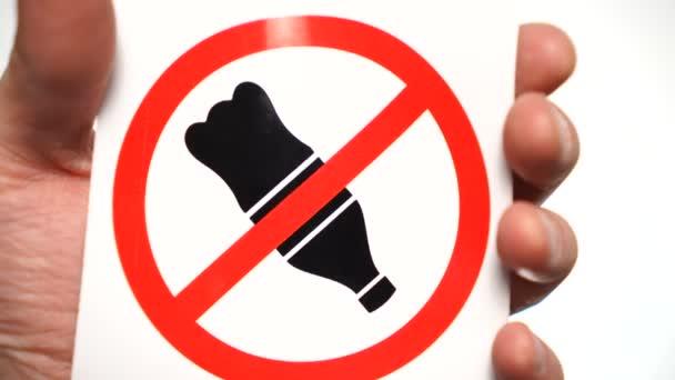 kein Getränk erlaubt Zeichen isoliert. Männliche Hand zeigt Warnzeichen