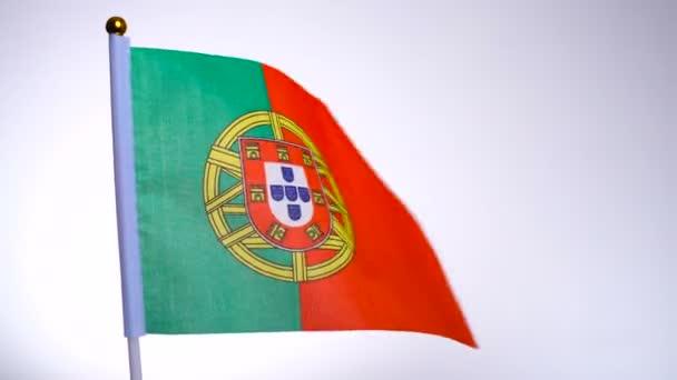 Portugál zászló a zászlórúdon lobogott és integetett a szélben.