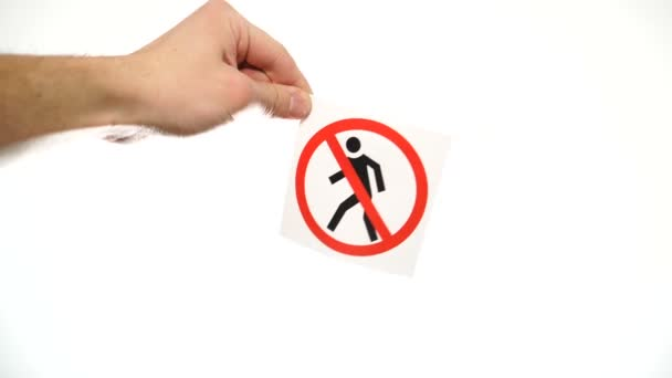 Hand zeigt Warnschild Kein Fußgängerverkehr auf weißem Grund