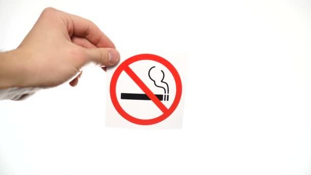 Ruka s varovným znaménkem Zákaz kouření izolované na bílém