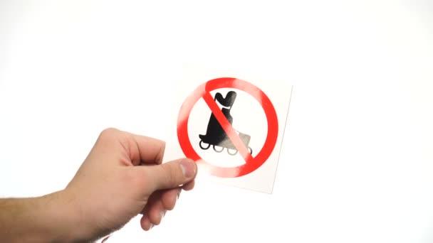 Hand zeigt Warnschild Kein Rollschuhlaufen isoliert auf Weiß