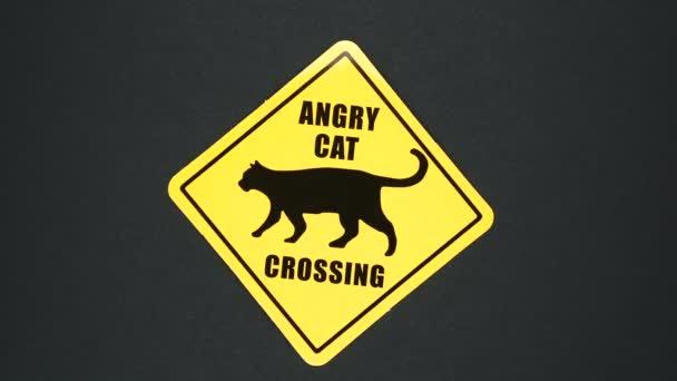ANGRY CAT CROSSING figyelmeztető jel szövegét