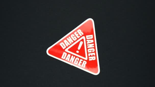 DANGER figyelmeztető jel szöveg felkiáltójellel