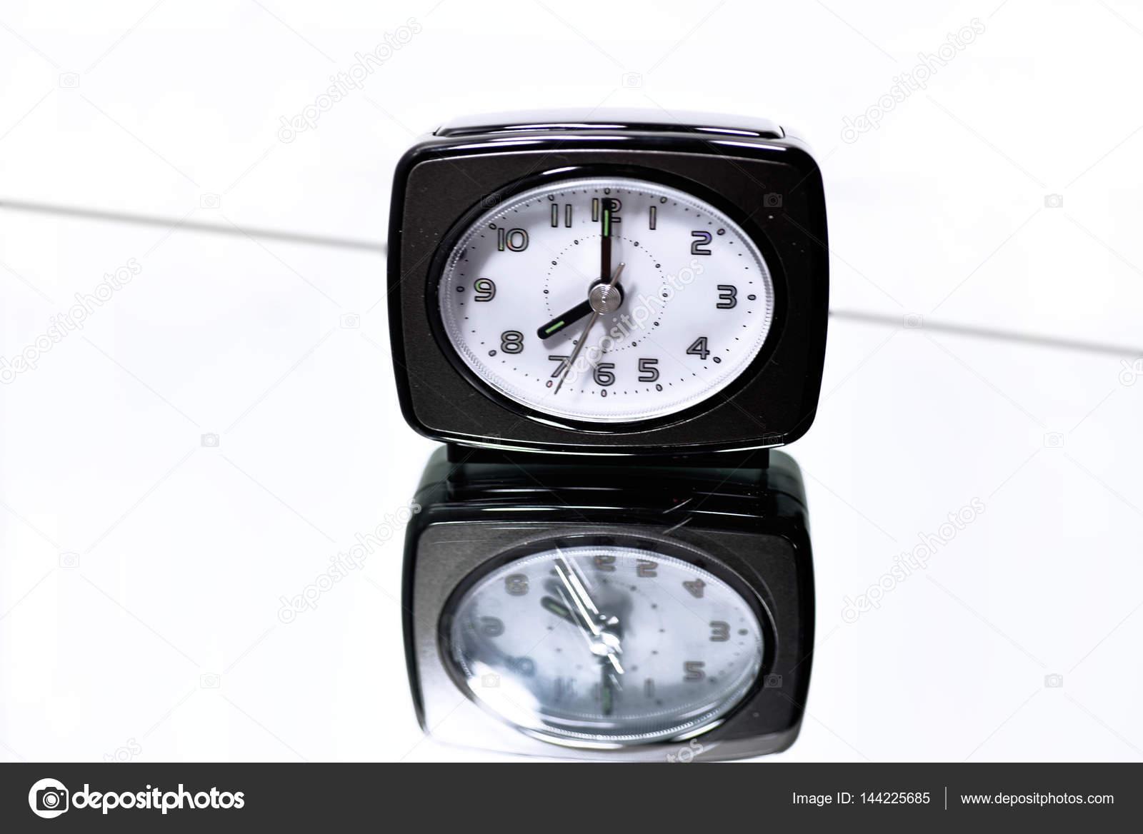 Spiegel Met Klok : Klok op spiegel met reflectie u2014 stockfoto © freedommaster #144225685