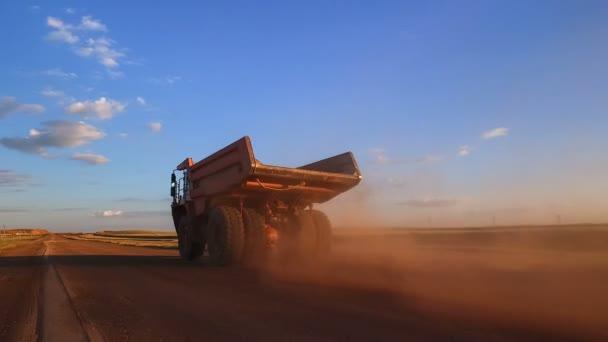 Dump truck jezdí na cestě k lomu. Pohybující se kamerou