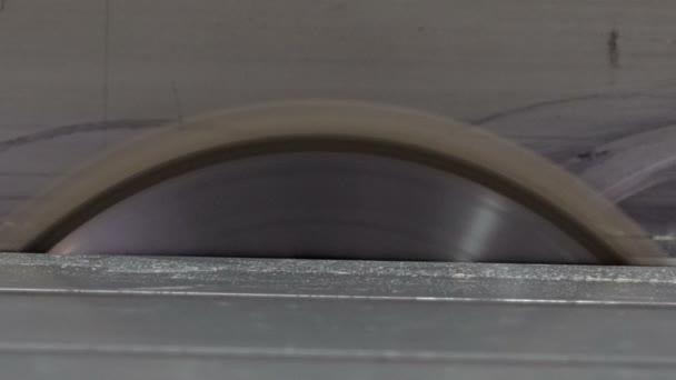 Lavorare Il Legno Grezzo : Sega circolare il disco inizia a lavorare segatura di legno