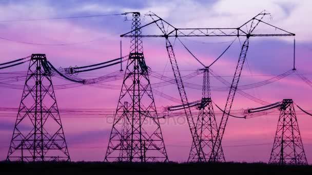 Věž vysoká napětí elektrického přenosu energie Pylon. Západ slunce. Teplo opar. Timelapse.