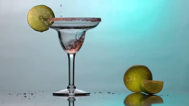 Cocktail in ein Martini-Glas gießen. Coupettenglas. Zeitlupe.