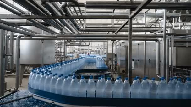 Časová prodleva vody linka - voda plnicí linka pro zpracování a stáčení čistě minerální vody do modré láhve.