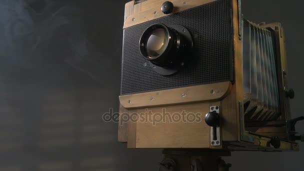 Követés alacsony szög berreg ki lövés a régi fa vintage fotó világítás kamera a napfény segítségével a vakok a szürke háttér.