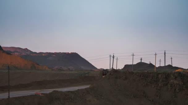 Časová prodleva. Rýpadla načíst rudy do nákladních automobilů. Tato oblast byla vytěžena buaxite, hliníku a jiných minerálů. Nerostů. Provoz dolu. Bauxit lomu v noci
