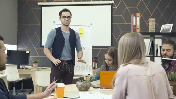 Kreatives Team diskutieren Projekt im Büro