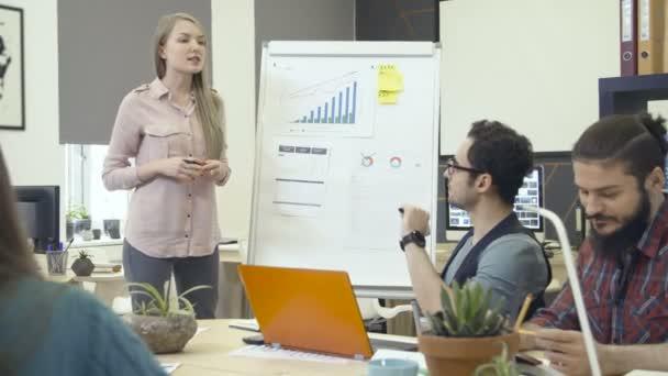 Mladá žena, aby stand-up prezentace týmu